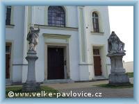Velké Pavlovice - Statuen vor dem Eingang zur Kirche