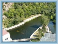 Damm der Wassersperre in Vranov - Anblick runter